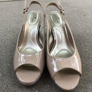 BANDOLINO nude peep toe heels